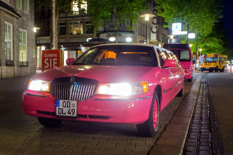 lincoln town car stretchlimo pink in hamburg mieten. Black Bedroom Furniture Sets. Home Design Ideas